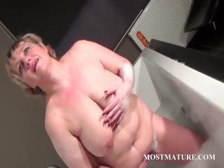aged bitch dildoes vagina in bathtub