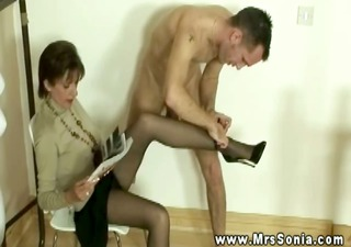 lady sonia has dude with feet fetish engulf her